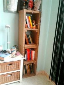 pequeña estantería vertical 2