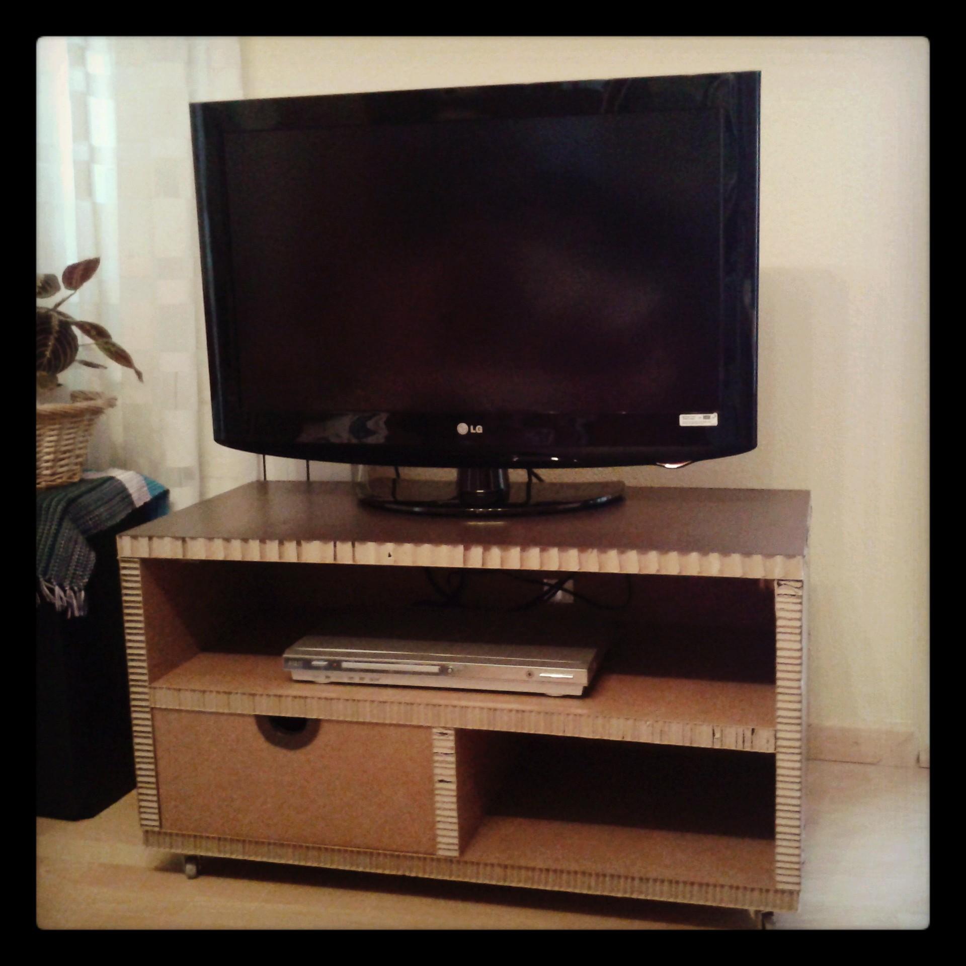 Mesa de cart n para tv con caj n y ruedas la cartoneria - Mesas de carton ...