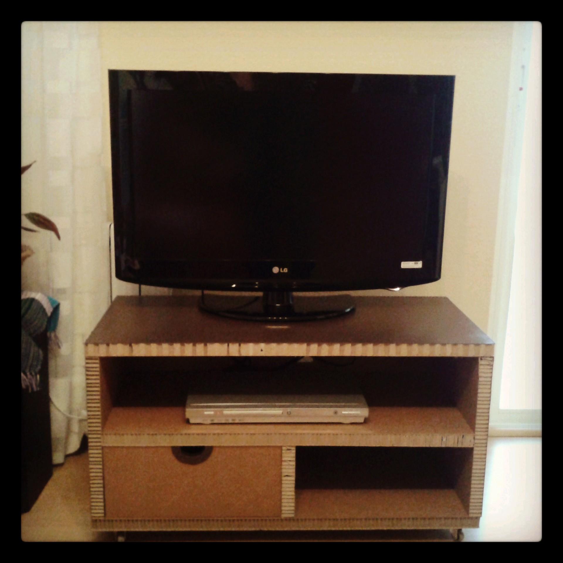 Mesa de cart n para tv con caj n y ruedas la cartoneria for Mesas de tv con ruedas